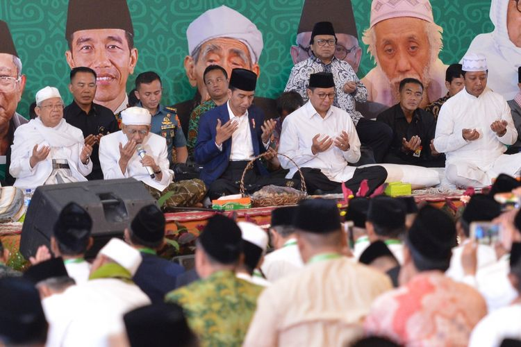 Presiden Joko Widodo (ketiga kiri) didampingi Menteri Agama Lukman Hakim Saifuddin (ketiga kanan) Ketua DPD Oesman Sapta (ketiga kanan belakang), Ketua Dewan Pembina Majelis Dzikir Hubbul Wathon KH Maruf Amin (kiri), Tokoh NU, KH Maimun Zubair dan Ketua Umum PPP Romahurmuziy berdoa ketika menghadiri Zikir Kebangsaan dan Rakernas I Majelis Zikir Hubbul Wathon di Asrama Haji Pondok Gede, Jakarta, Rabu (21/2/2018). Rakernas I Hubbul Wathon yang dihadiri ratusan kiai dan ulama se-Indonesia tersebut mengangkat tema Memperkokoh Komitmen Islam Kebangsaan Menuju Orde Nasional. ANTARA FOTO/Wahyu Putro A/foc/18.