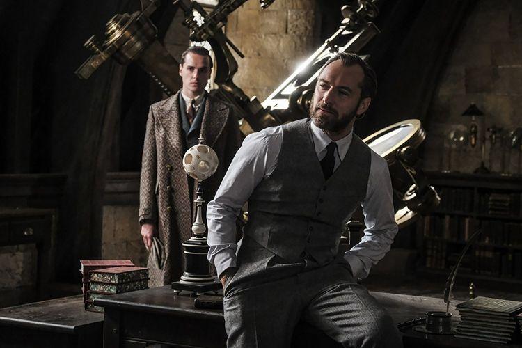 Jude Law berperan sebagai Dumbledore dalam Fantastic Beasts: The Crimes of Grindelwald (2018).