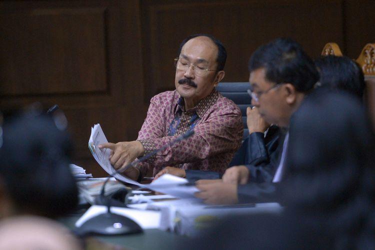 Terdakwa kasus merintangi penyidikan kasus korupsi KTP elektronik Fredrich Yunadi (kiri) berdiskusi dengan penasehat hukumnya pada sidang lanjutan di Pengadilan Tipikor, Jakarta, Kamis (12/4). Sidang tersebut menghadirkan asisten advokat Yunadi and Associates, Achmad Rudiansyah dan dokter RS Medika Permata Hijau Francia Anggreini untuk mengetahui kronologis kecelakaan Setya Novanto. ANTARA FOTO/Wahyu Putro A/ama/18