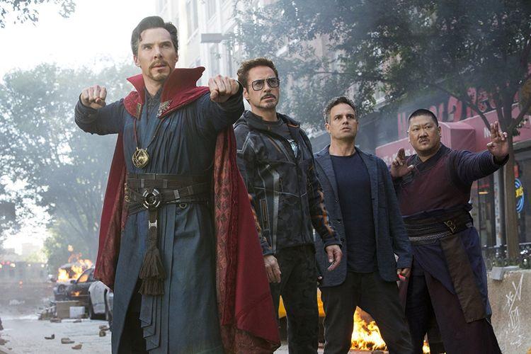 Doctor Strange (Benedict Cumberbatch), Tony Stark/Iron Man (Robert Downey Jr), Bruce Banner/Hulk (Mark Ruffalo), dan Wong (Benedict Wong) dalam film Avengers: Infinity War.