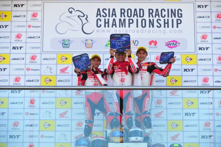 Pebalap AHRT Mario, Rheza dan Awhin (dari kiri ke kanan) berhasil sapu bersih podium kelas AP250 pada balap kedua ARRC 2018 di sirkuit The Bend Motorsport Park, Adelaide, Australia (22/4/2018).