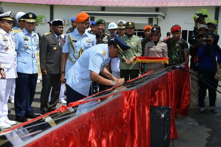 Panglima TNI Marsekal TNI Hadi Tjahjanto meresmikanempat satuan baru di wilayah Timur Indonesia, Jumat (11/5/2018).  Keempat satuan barutersebut adalah Divisi Infanteri 3/Kostrad, Komando Armada (Koarmada) III TNI AL, Pasmar 3 Korps Marinir TNI AL dan Komando Operasi Angkatan Udara (Koopsau) III.