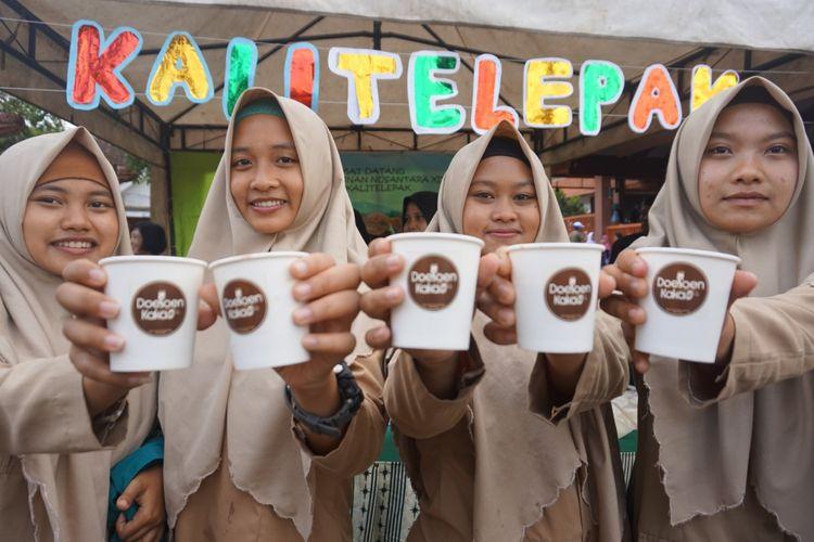Para siswa menikmati minuman coklat di festival coklat Sabtu (12/5/2018)