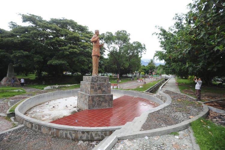 Patung Bung Karno di tengah Taman Renungan Bung Karno di kawasan pantai kota Ende, Flores, Nusa Tenggara Timur, Sabtu (7/1/12). Di tempat inilah, Bung Karno sering menghabiskan waktu untuk menggali nilai-nilai Pancasila saat dibuang oleh Belanda tahun 1934-1938.