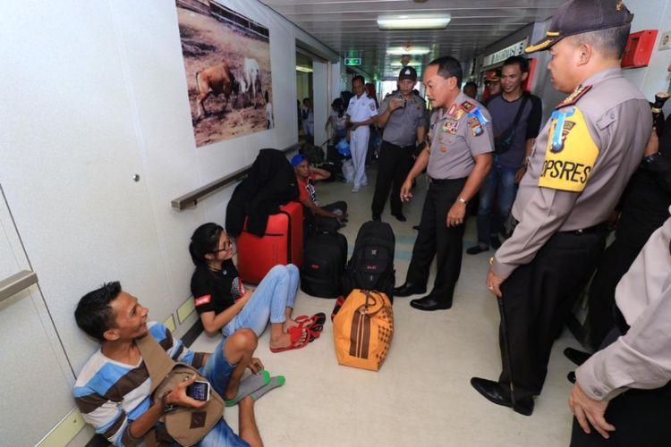 Memastikan arus mudik berlangsung aman dan nyaman menggunakan kapal Pelni, KM Kelud. Kapolda Kepulauan Riau (Kepri) turun langsung melakukan pengecekan ke kapal milik pemerintah tersebut.