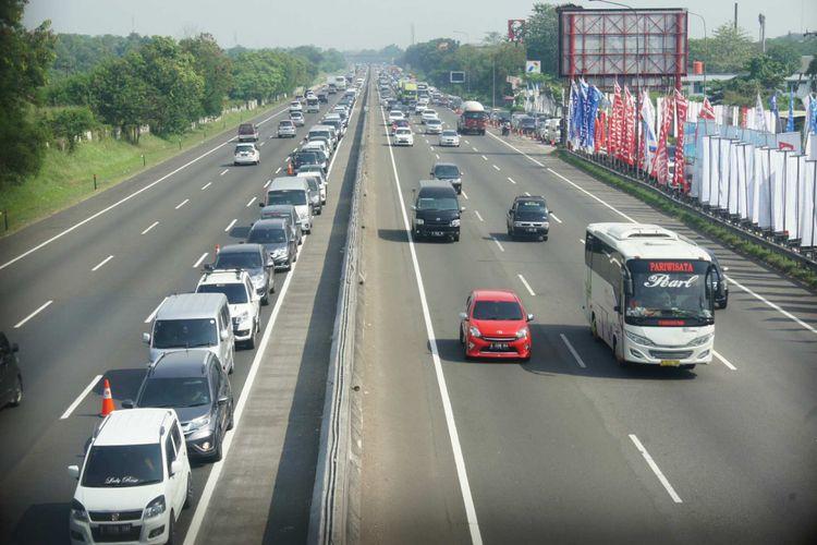 Mengurai kepadatan lalu lintas, polisi melakukan contraflow di Km 37 hingga Km 66 Tol Jakarta-Cikampek pada Rabu (13/6/2018).