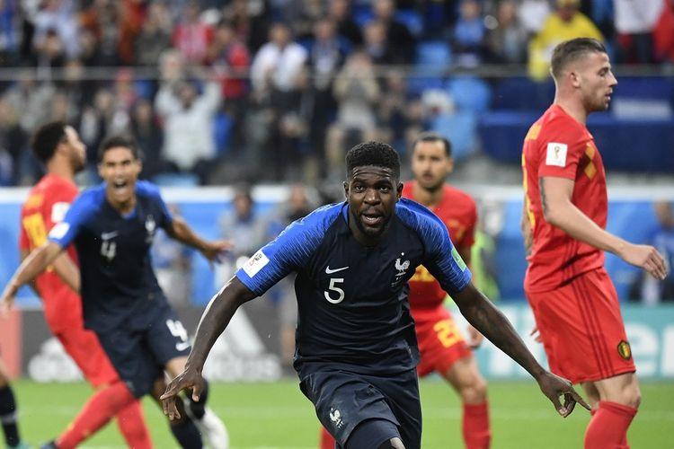 Samuel Umtiti merayakan gol Perancis ke gawang Belgia pada pertandingan semifinal Piala Dunia 2018 di St. Petersburg, 10 Juli 2018.