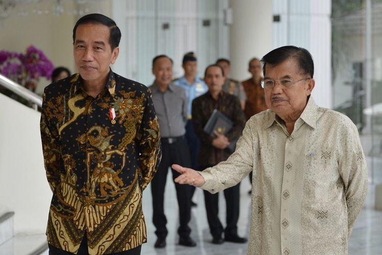 Presiden Joko Widodo (kiri) dan Wakil Presiden Jusuf Kalla (kanan) bersiap menjawab pertanyaan wartawan usai melakukan pertemuan tertutup di Kantor Wakil Presiden, Jakarta, Kamis (9/8). Kedatangaan presiden tersebut untuk memberitahukan rencana pendaftaran capres dan cawapres pada Jumat (10/8) esok di KPU. ANTARA FOTO/Wahyu Putro A/wsj/18.