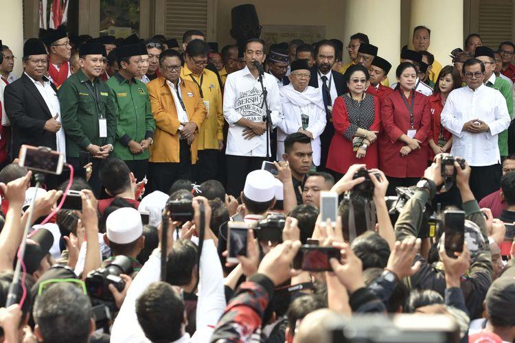 Calon presiden petahana Joko Widodo (tengah) menyampaikan pidato politik didampingi calon wakil presiden Maruf Amin (kelima kanan) dan para ketua umum partai politik pendukung di Gedung Joang, Jakarta, Jumat (10/8/2018). Joko Widodo menyampaikan pidato politik sebelum mendaftarkan diri ke KPU untuk Pilpres 2019.