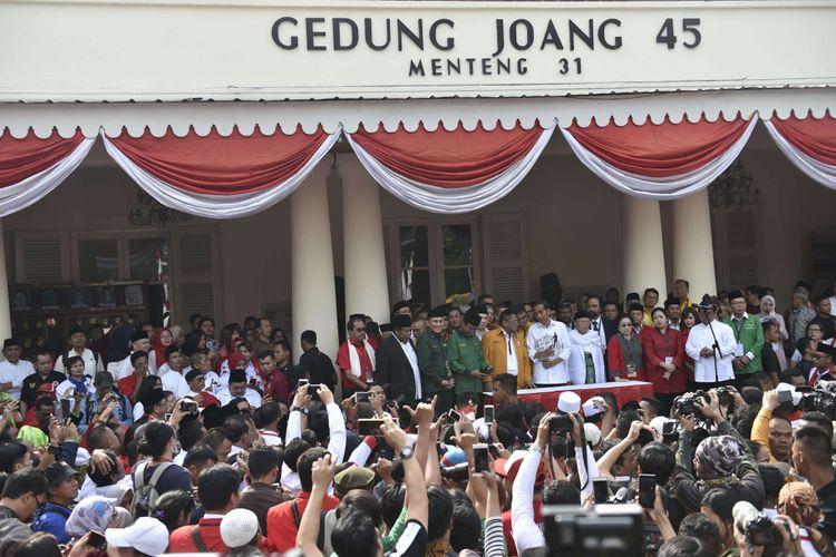 Calon presiden petahana Joko Widodo (tengah) didampingi calon wakil presiden Maruf Amin dan para ketua umum partai politik pendukung tiba di Gedung Joang, Jakarta, Jumat (10/8/2018). Joko Widodo menyampaikan pidato politik sebelum mendaftarkan diri ke KPU untuk Pilpres 2019.