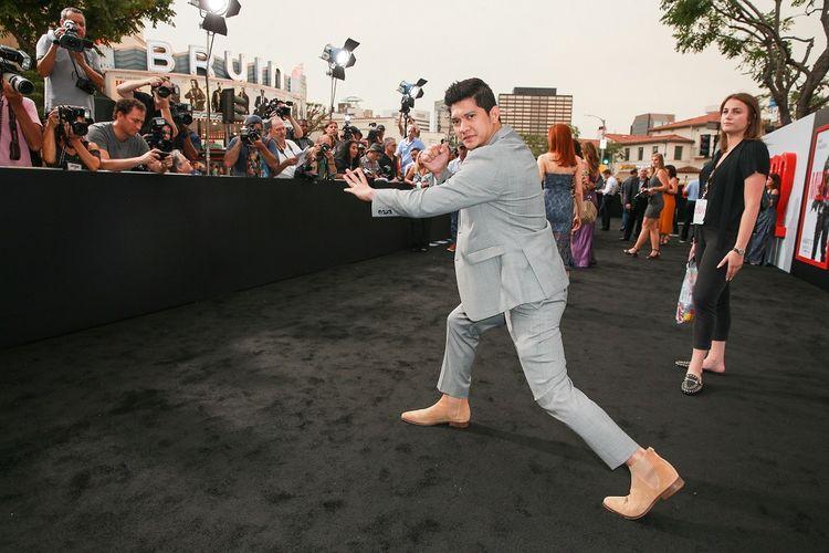 Artis peran laga Indonesia Iko Uwais berpose dengan gerakan pencak silat ketika menghadiri pemutaran perdana film Mile 22 di Fox Theater, Westwood Village, Westwood, California, pada Kamis (9/8/2018) waktu setempat.