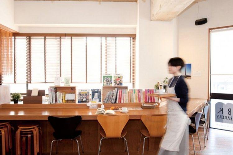 """BOOKS KUBRICK"" cabang Hakozaki, kolaborasi antara toko buku, kafe, dan juga toko roti."