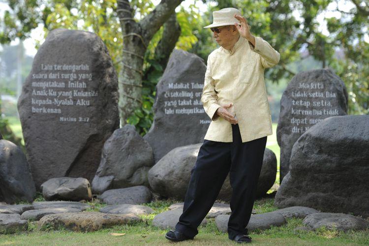 Ir Ciputra melakukan gerakan thai chi di halaman belakang rumahnya di Bukit Golf, Pondok Indah, Jakarta Selatan, Rabu (11/5).    *** Local Caption *** Olah raga yang teratur dan menjaga pola makan yang benar menjadi salah satu kunci sukses kesehatan Ir Ciputra. Editorial Use Only