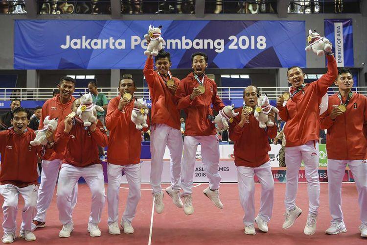 Tim sepak takraw putra Indonesia berpose memperlihatkan medali emas seusai pertandingan final quadrant putra Asian Games 2018 di GOR Ranau, Jakabaring Sport City (JSC), Palembang, Sabtu (1/9/2018). Sejarah baru diukir tim sepak takraw Indonesia dengan meraih emas Asian Games 2018 di nomor quadrant putra, sekaligus menjadi prestasi terbaik pada cabang sepak takraw sejak pertama kali dilombakan di Asian Games 1990.