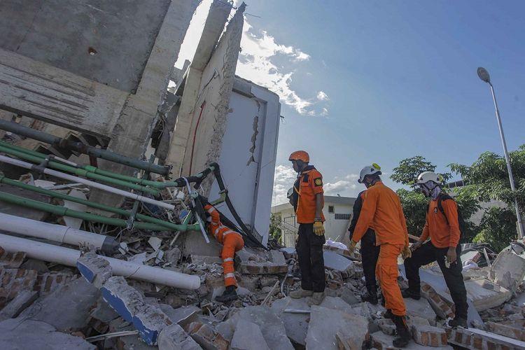 Petugas Basarnas melakukan pencarian korban gempa dan tsunami di Hotel Roa Roa, Palu, Sulawesi Tengah, Minggu (30/9). Berdasarkan data BNPB jumlah korban akibat gempa dan tsunami per (30/9) pukul 13.00, sebanyak 832 orang meninggal dunia, 540 luka berat dan 16.732 pengungsi yang tersebar di 24 titik.(ANTARA FOTO/MUHAMMAD ADIMAJA)