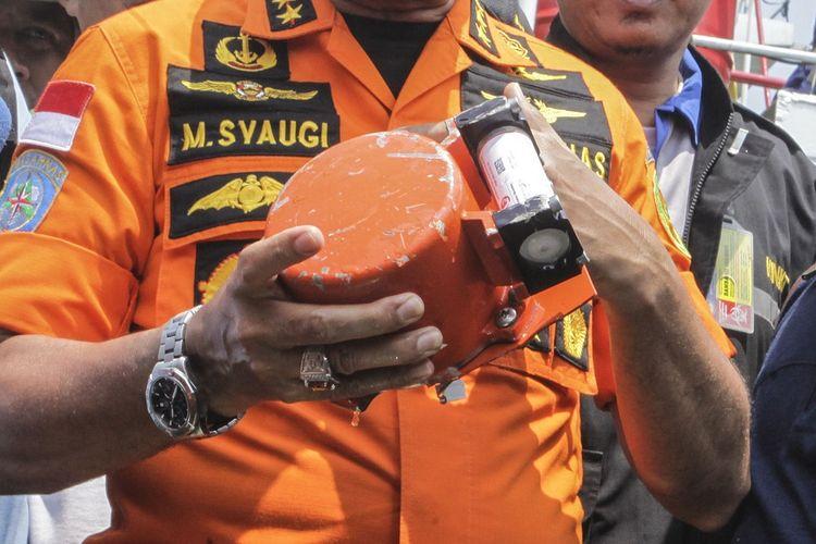 Kepala Basarnas Marsekal Madya TNI Muhammad Syaugi memeriksa kondisi bagian dari kotak hitam (black box) pesawat Lion Air bernomor registrasi PK-LQP dengan nomor penerbangan  JT 610 yang telah ditemukan oleh tim SAR gabungan di KR Baruna Jaya I, di perairan Tanjung Karawang, Jawa Barat, Kamis (1/11/2018). Bagian dari kotak hitam tersebut diserahkan ke pihak KNKT untuk dilakukan investigasi lebih lanjut. ANTARA FOTO/Muhammad Adimaja/wsj.