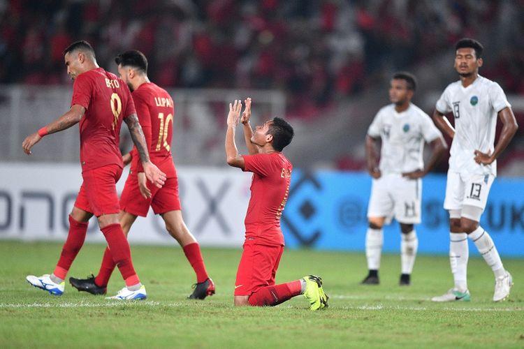 Pemain timnas Indonesia Evan Dimas (tengah) melakukan selebrasi usai terjadi gol untuk Indonesia saat melawan Timor Leste dalam pertandingan penyisihan grub B Piala AFF 2018 di Stadion Utama Gelora Bung Karno, Jakarta, Selasa (13/11/2018). Indonesia menang 3-1.