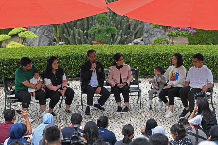 Presiden Joko Widodo (ketiga kiri) bersama Ibu Negara Iriana Joko Widodo (tengah), putra Gibran Rakabuming Raka (kanan) dan istri Selvi Ananda (kedua kanan) dan cucu Jan Ethes (ketiga kanan), putri Kahiyang Ayu (kedua kanan) bersama suami Bobby Nasution (ketiga kanan) dan cucu Sedah Mirah berbincang dengan wartawan di Grand Garden Cafe Kebun Raya Bogor, Jawa Barat, Sabtu (8/12). Dalam kegiatan tersebut, presiden bersama keluarga menyusuri kawasan Istana Bogor, Kebun Raya Bogor serta melakukan bincang media bersama wartawan kepresidenan. ANTARA FOTO/Wahyu Putro A./hp.