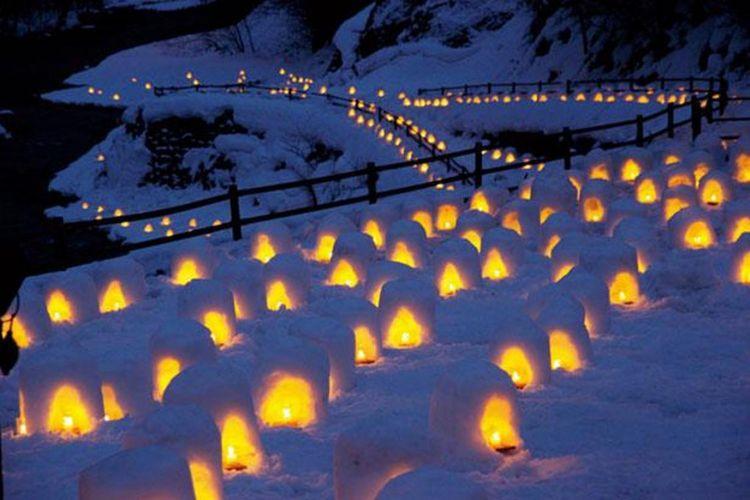 Iluminasi cahaya di sepanjang tepian sungai Sawaguchi menjadi penerang di malam hari. Kamakura mini dengan jumlah tak terhingga buatan relawan lokal diselimuti cahaya yang fantastis