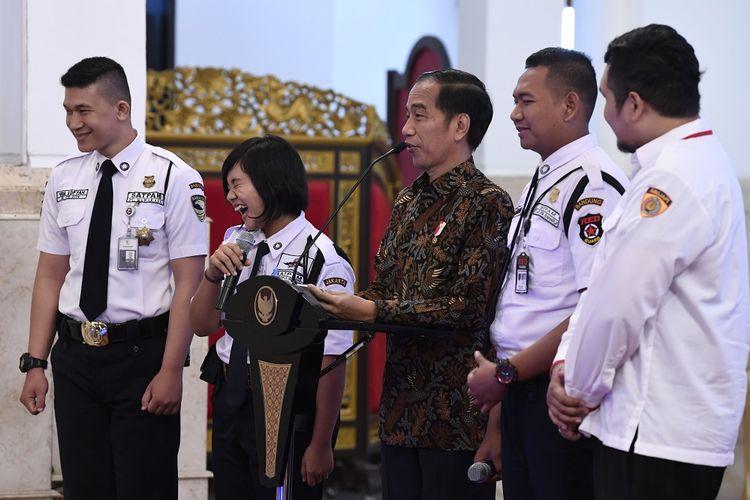 Presiden Joko Widodo (tengah) berbincang dengan peserta Konferensi Industri Jasa Pengamanan Nasional Tahun 2018 di Istana Negara, Jakarta, Rabu (12/12/2018). Presiden menyampaikan bahwa kontribusi industri jasa pengamanan akan semakin dibutuhkan seiring kebutuhan negara untuk menciptakan iklim investasi yang aman dan menarik. ANTARA FOTO/Puspa Perwitasari/aww.
