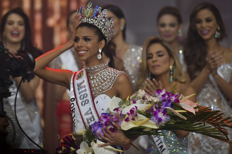 Isabella Rodriguez (kiri) ketika dinobatkan sebagai Miss Venezuela. Rodriguez datang dari kawasan permukiman kumuh terbesar di negara tersebut.