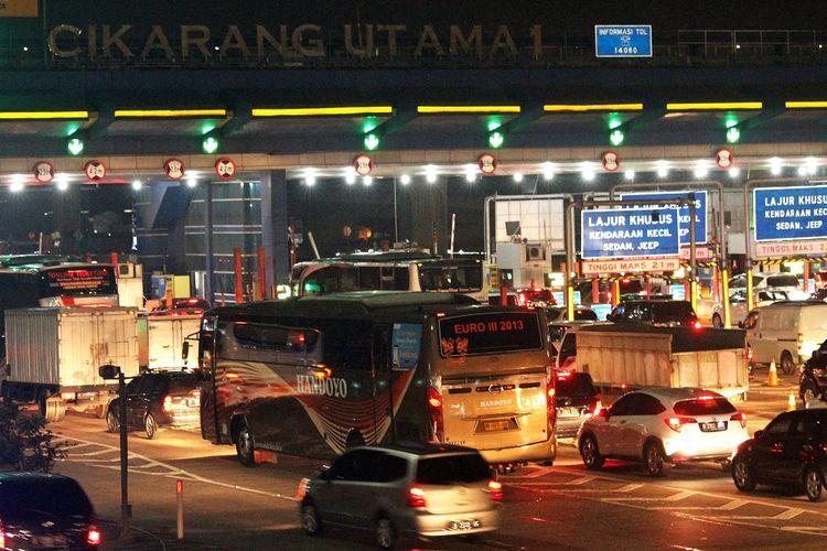 Sejumlah pengendara memperlambat laju kendaraannya saat memasuki Gerbang Tol Cikarang Utama, di Cikarang, Kabupaten Bekasi, Jawa Barat, Jumat (21/12/2018).