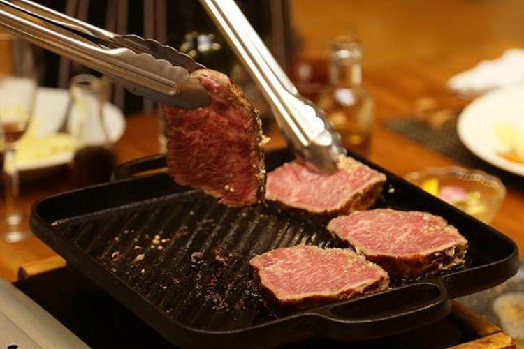 Memanggang daging sapi Oku Izumo wagyu, merek daging sapi daerah setempat yang lahir dan besar di Shimane dengan plat besi