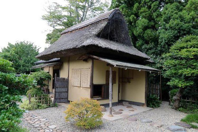 """Di atap jerami terdapat papan tulisan tangan Fumai bertuliskan """"Meimei An (nama sebuah tempat upacara minum teh di dalam kuil)"""""""