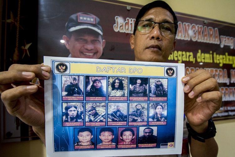 Kepala Sub Satgas Humas Tinombala 2019 AKP Wianrto menunjukkan Daftar Pencarian Orang (DPO) terduga teroris Poso di Mapolda Sulawesi Tengah di Palu, Rabu (9/1/2019). Jumlah DPO terduga teroris Poso yang kini diburu dalam operasi bersandi Tinombala bertambah dari 10 orang tahun 2018 menjadi 14 orang tahun ini. ANTARA FOTO/Basri Marzuki/ama.