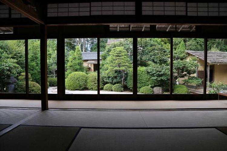 """Pemandangan taman dilihat dari bangunan lain yang terpisah. Di bagian belakang, Anda dapat sedikit melihat bangunan """"Meimei An"""""""