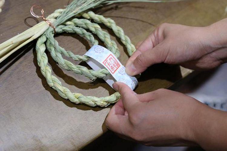 Di kursus tingkat pemula, pertama kita akan belajar membuat shimenawa berukuran kecil khas daerah Izumo yang disebut daikokujime. Kemudian dibentuk lingkaran yang disebut wajime. Setelah itu, cap dengan stempel di potongan kertas yang Anda suka. Terakhir, ikatkan kertas tersebut ke shimenawa yang telah Anda buat.