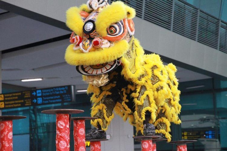 Pertunjukan barongsai meriahkan perayaan imlek di Bandara Soekarno Hatta.
