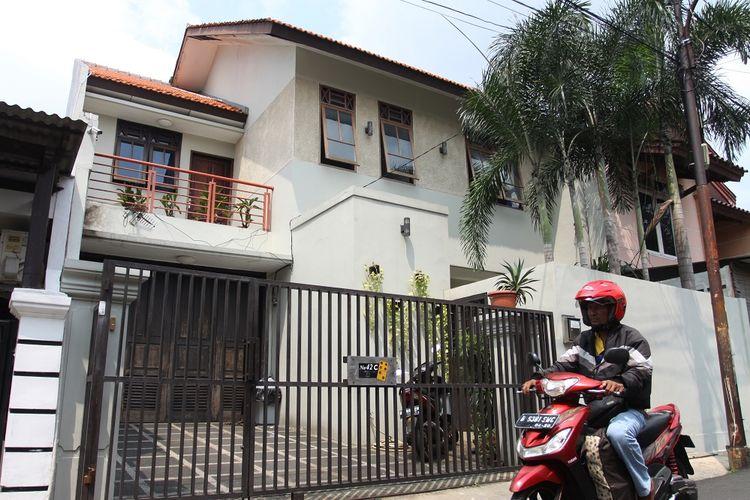 Warga melintas di depan rumah Wakil Ketua Komisi Pemberantasan Korupsi (KPK) Laode M Syarif di Kalibata Selatan, Jakarta, Rabu (9/1/2019). Rumah pimpinan KPK tersebut dilempari botol berisikan spiritus dan sumbu api (molotov) di halaman rumah pada Rabu (9/1) pagi. ANTARA FOTO/Reno Esnir/aww. *** Local Caption ***