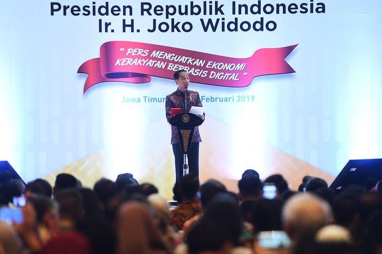 Presiden Joko Widodo (kiri) memberikan sambutan saat puncak perayaan Hari Pers Nasional (HPN) di Surabaya, Jawa Timur, Sabtu (9/2/2019). Perayaan HPN 2019 tersebut mengangkat tema Pers Menguatkan Ekonomi Kerakyatan Berbasis Digital. ANTARA FOTO/Zabur Karuru/hp.