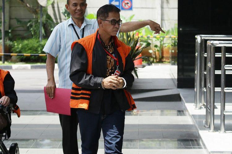 Tersangka Bupati nonaktif Mesuji Khamami bersiap menjalani pemeriksaan di Gedung KPK, Jakarta, Senin (11/2/2019). Khamami diperiksa sebagai tersangka kasus dugaan korupsi pembangunan proyek infrastruktur pada Dinas PUPR Pemkab Mesuji tahun anggaran 2018. ANTARA FOTO/Rivan Awal Lingga/hp.
