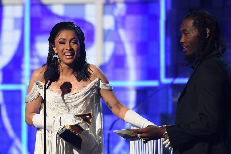 Rapper Cardi B (kiri), didampingi suaminya Offset, memberi sambutan setelah menerima penghargaan Best Rap Album untuk Invasion Of Privacy di panggung Grammy Awards 2019 di Los Angeles, California, Minggu (10/2/2019).