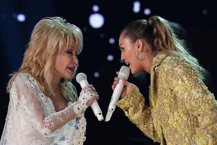 Penyanyi Dolly Parton dan Miley Cyrus berduet di panggung Grammy Awards 2019 di Los Angeles, California, Minggu (10/2/2019).