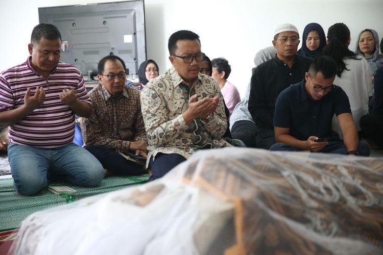 Menteri Pemuda dan Olahraga, Imam Nahrawi melayat ke rumah duka di Bintaro Jaya Sektor VII, Tangerang Selatan, Jumat (15/2/2019) siang.