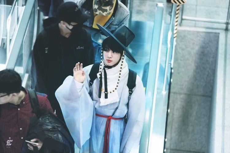 Jin BTS mengenakan busana tradisional Korea, hanbok, di Bandara Incheon saat hendak terbang ke Hong Kong.