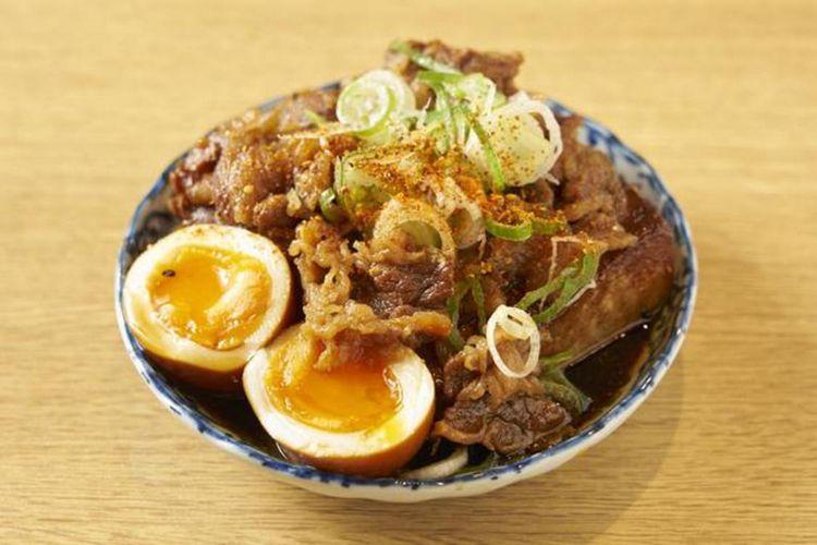 """""""Niku tofu nitamago-iri/daging, tahu, dan telur rebus"""" (518 yen) merupakan salah satu menu terkenal di restoran"""