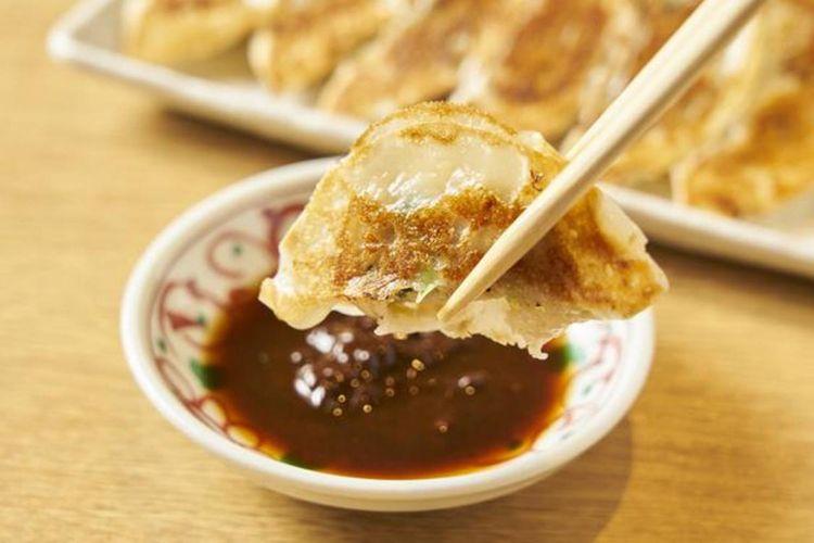 Tare/saus untuk gyoza dapat dibuat sesuai selera. Golden rationya adalah niku miso/miso dengan campuran daging 2 : shoyu/kecap Jepang 1 : cuka 1