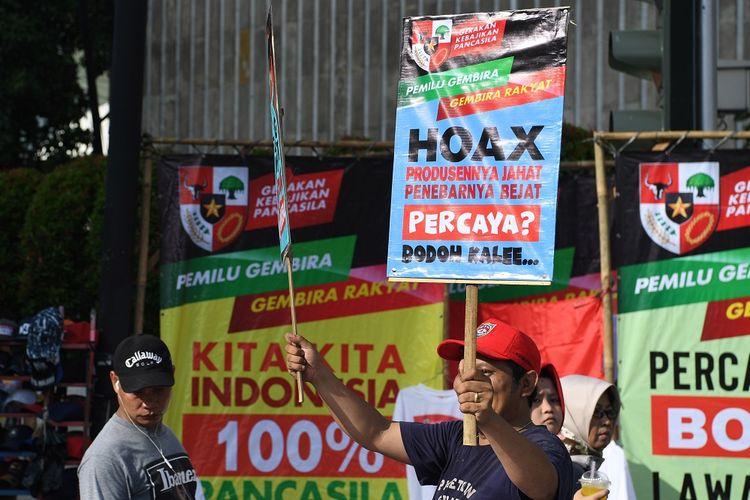 Warga mengangkat poster bertulis penolakan terhadap hoaks jelang Pemilu 2019 saat Hari Bebas Kendaraan Bermotor di kawasan Bundaran HI, Jakarta, Minggu (3/2/2019). Aksi tolak hoaks tersebut digelar untuk mewujudkan pesta demokrasi yang aman dan damai. ANTARA FOTO/Hafidz Mubarak A/wsj.