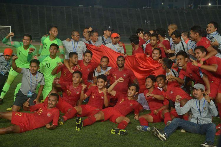 Pemain Timnas U-22 merayakan kemenangan seusai pertandingan final Piala AFF U-22 2019 di Stadion Nasional Olimpiade Phnom Penh, Kamboja, Selasa (26/2/2019). Indonesia menjadi  juara setelah mengalahkan Thailand di babak final dengan skor 2-1.