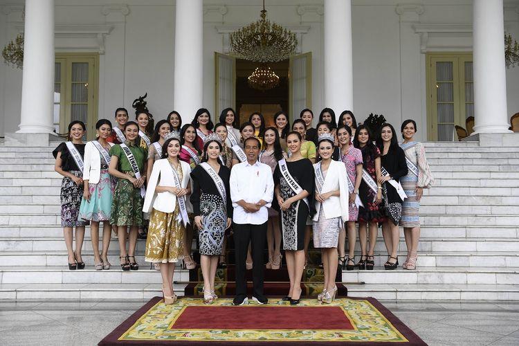 Presiden Joko Widodo (tengah) menerima Miss Universe 2018 Catriona Elisa Magnayon Gray (keenam kanan), Puteri Indonesia Frederika Alexis Cull (kelima kiri) dan finalis Puteri Indonesia 2018 di Istana Bogor, Jawa Barat, Senin (11/3/2019). ANTARA FOTO/Puspa Perwitasari/aww.