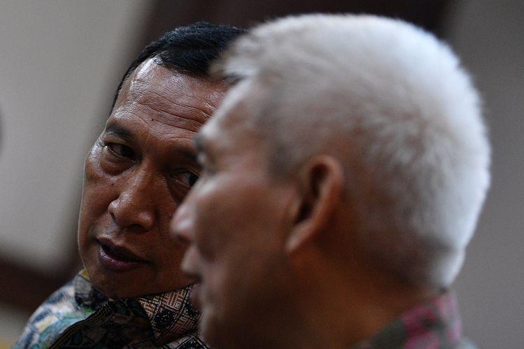Sekretaris Jenderal Komite Olahraga Nasional Indonesia (KONI) Ending Fuad Hamidy (kiri) berbincang dengan Bendahara Umum KONI Jhonny E Awuy sebelum menjalani sidang dakwaan di Pengadilan Tipikor, Jakarta Pusat, Senin (11/3/2019). Keduanya didakwa menyuap Deputi IV Bidang Peningkatan Prestasi Olahraga Kementerian Pemuda dan Olahraga Mulyana agar membantu mempercepat proses persetujuan dan pencairan dana hibah Kemenpora yang akan diberikan kepada KONI. ANTARA FOTO/Sigid Kurniawan/ama.