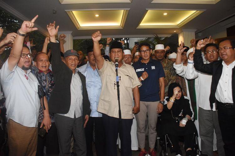Capres nomor urut 02 Prabowo Subianto (tengah) bersama Cawapres Sandiaga Uno dan petinggi partai pendukung mengangkat tangan saat mendeklarasikan kemenangannya pada Pilpres 2019 kepada awak media di kediaman Kertanegara, Jakarta, Kamis (18/4/2019). Prabowo kembali mendekalarasikan kemenangannya versi real count internal BPN sebesar 62 persen. ANTARA FOTO/Indrianto Eko Suwarso/pd.