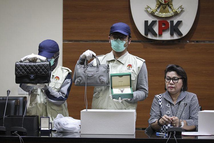 Barang bukti saat penangkapan Bupati Talaud