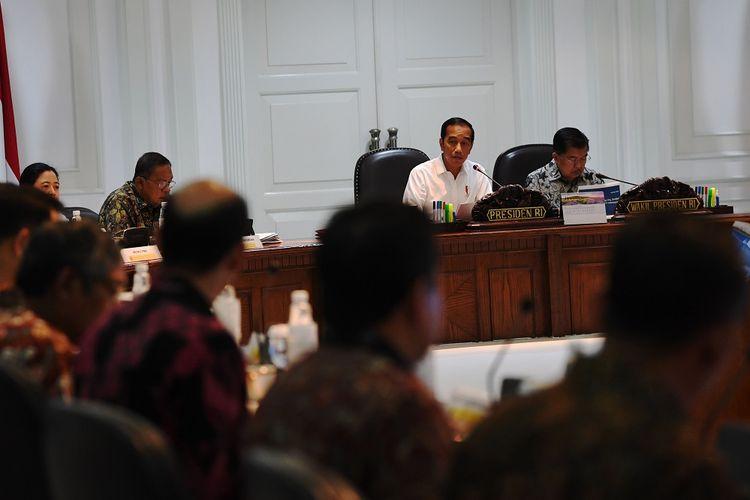 Presiden Joko Widodo (kedua kanan) didampingi Wakil Presiden Jusuf Kalla (kanan) memimpin rapat terbatas terkait penyelesaian masalah pertanahan di Kantor Presiden, Jakarta, Jumat (3/5/2019).  ANTARA FOTO/ Wahyu Putro A/nz