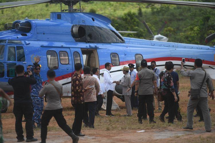 Presiden Joko Widodo bersiap menaiki helikopter saat meninjau salah satu lokasi calon ibu kota negara di Gunung Mas, Kalimantan Tengah, Rabu (8/5/2019). ANTARA FOTO/Akbar Nugroho Gumay/foc.