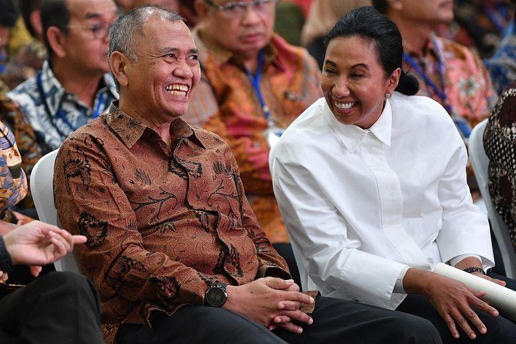 Menteri BUMN Rini Soemarno (kanan) berbincang dengan Ketua KPK Agus Rahardjo saat menghadiri Seminar Peran Satuan Pengawasan Intern (SPI) BUMN di kantor KPK, Jakarta, Kamis (9/5/2019). Kegiatan yang diikuti para pimpinan BUMN tersebut mengangkat tema Bersama Menciptakan BUMN Bersih Melalui SPI yang Tangguh dan Terpercaya. ANTARA FOTO/Sigid Kurniawan/aww.